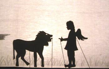 Photo: Der Löwe möchte  gern an der Krippe sein