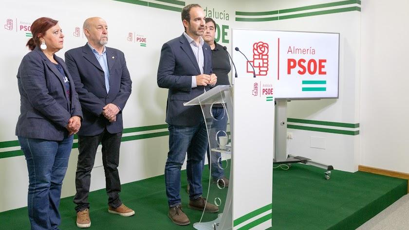 El portavoz del PSOE de Carboneras en rueda de prensa.