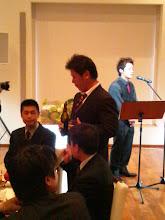 "Photo: 宮地さんと会社の同僚の""ハマグチさん""は、上司の方々にお酌して回って大変です。"