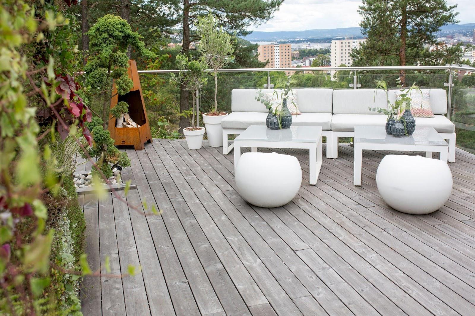 Créez la terrasse de vos rêves : le design de la terrasse de cette villa est relativement simple, mais sa balustrade en verre lui donne une touche de modernité.
