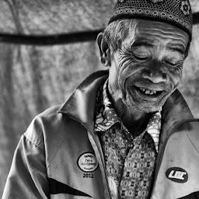 Situ Gunung Old Man by Benny De - People Portraits of Men