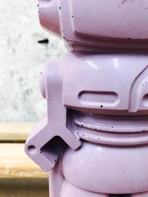 création fait-main en béton de couleur violet par junny les robots en béton