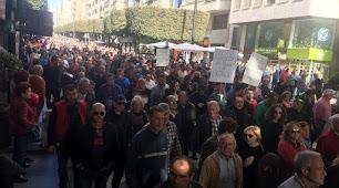 Manifestantes a su paso por el Paseo de Almería.
