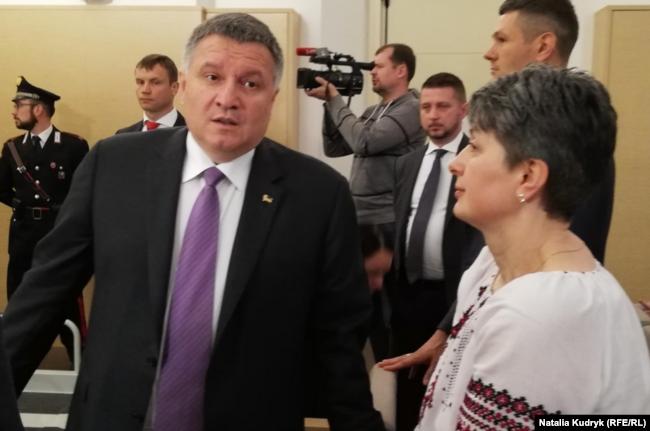 Міністр Арсен Аваков спілкується з матір'ю солдата Марківа, 17 травня 2019 року, Павія