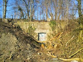 Photo: 15:19 Uhr: Bunker-Eingang(?) am Sunderweg unterhalb des Sportplatzes auf dem Harkortberg. Im Hintergrund der Harkortturm.