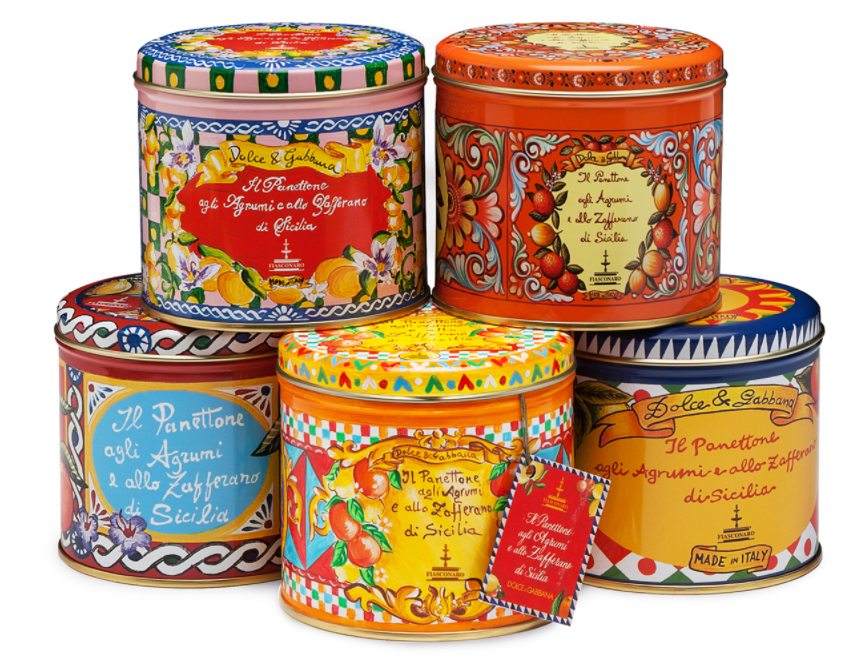 Scatole di latta colorate dei panettoni Fiasconaro, che richiamano i colori siciliani, giallo, rosso, arancione e blu.