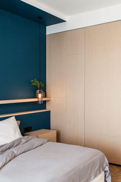 Un ruban bleu intense crée la tête de lit