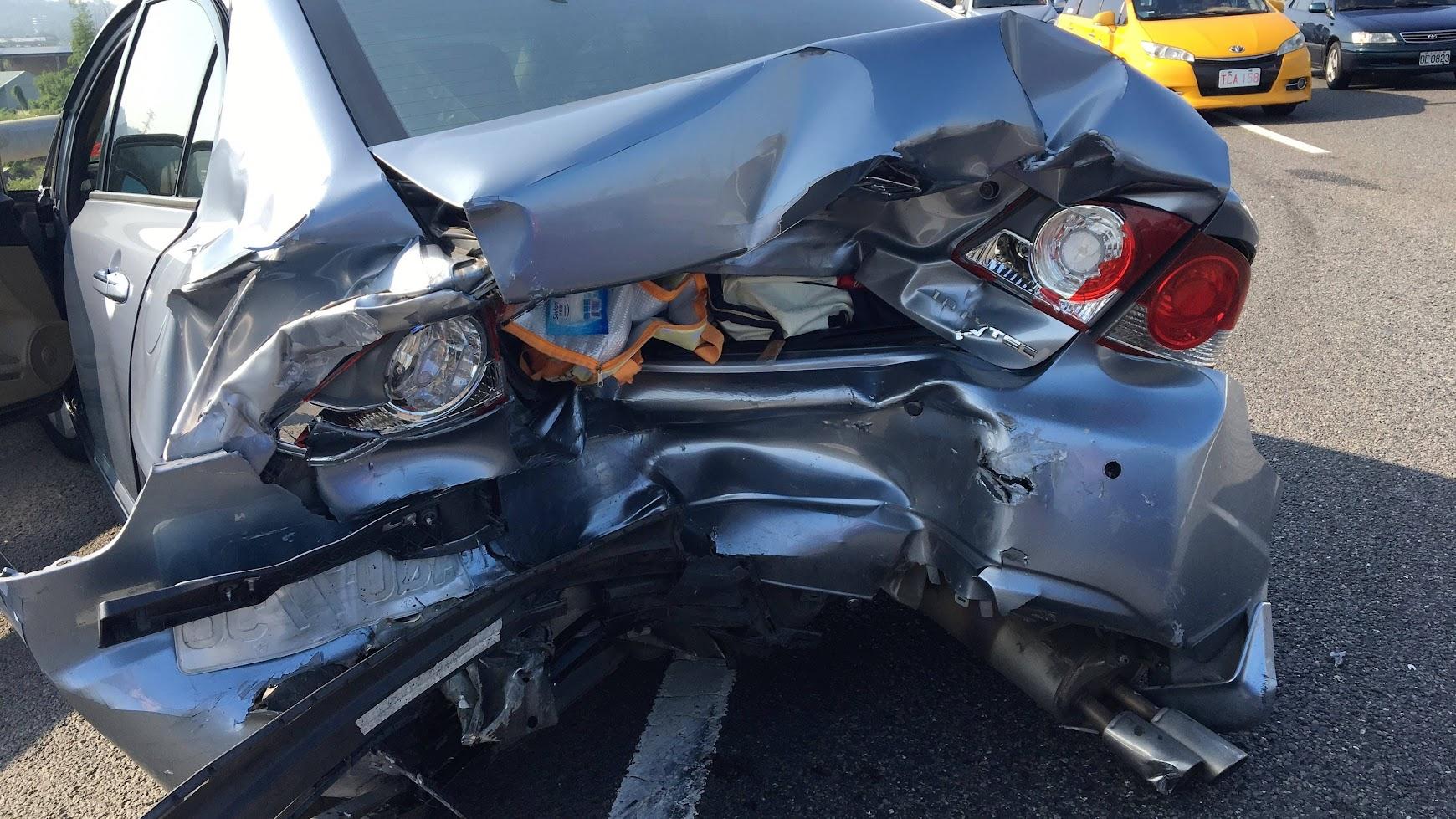 對方的車牌直接卡在我的車屁股上,後車箱潰縮,排氣管/傳動全部受損,後門也打不開了...