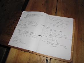 Photo: Even het gastenboek tekenen.