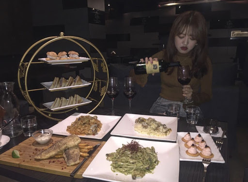 餐點環境氣氛都非常棒,很適合朋友聚餐聊天 慶生也非常適合,壽星當天可以提供免費的調酒🖤