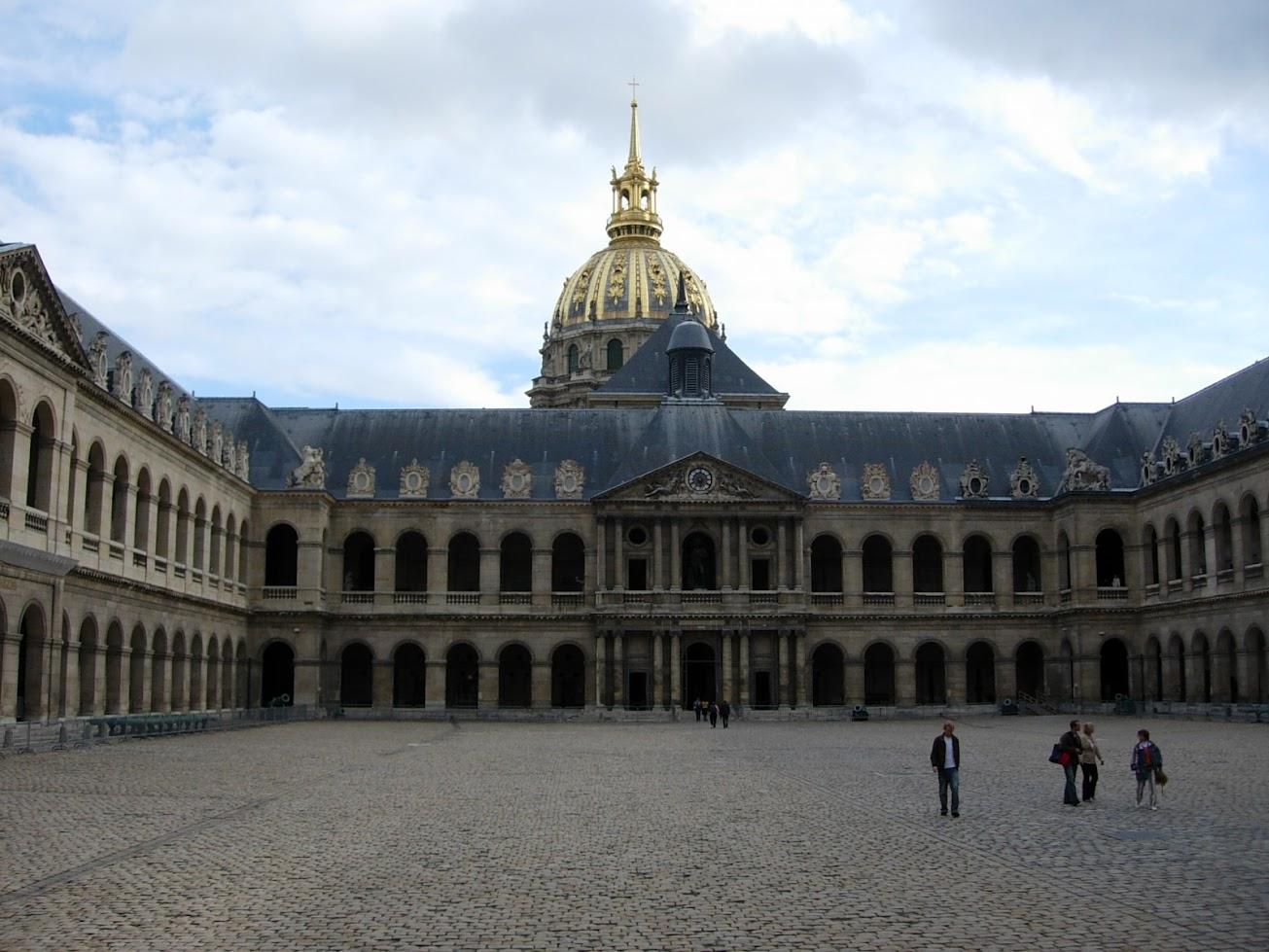 Cour d'honneur de l'Hôtel des Invalides à Paris
