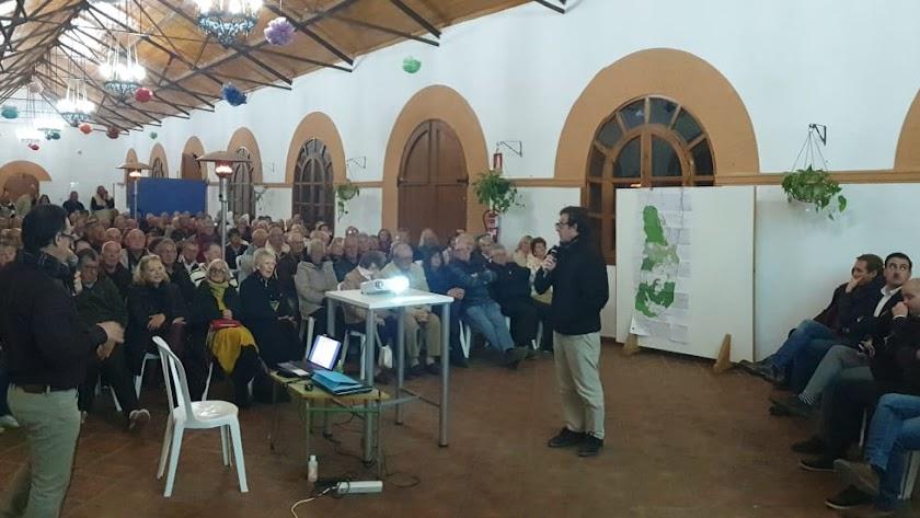 El encuentro informativo sobre el PGOUde Zurgena atrajo a numerosos vecinos.