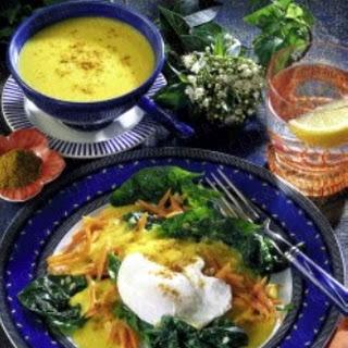Pochierte Eier auf Spinat-Möhren-Gemüse