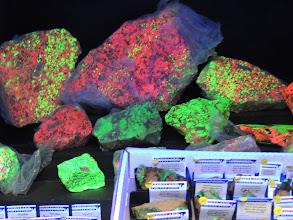 Photo: Fluoreszkáló ásványok ultraibolya sugárzásban. Fluorescent minerals ultraviolet radiation.