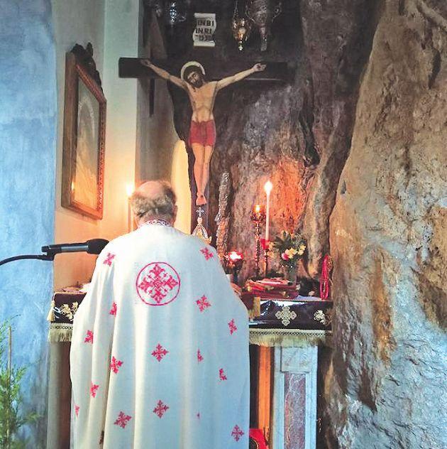 Ο πατήρ Δημήτριος εν ώρα λειτουργίας