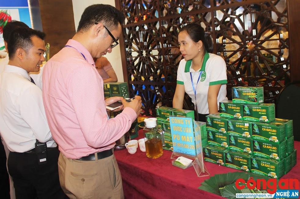 Gian hàng trưng bày sản phẩm trà dược liệu cà gai leo của Công ty Dược liệu Pù Mát, huyện Con Cuông