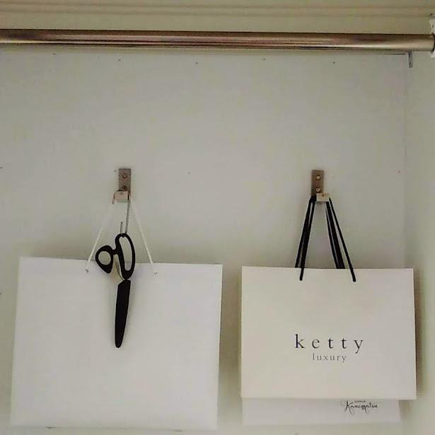 奥の壁にあるフックに紙袋が、掛かっている