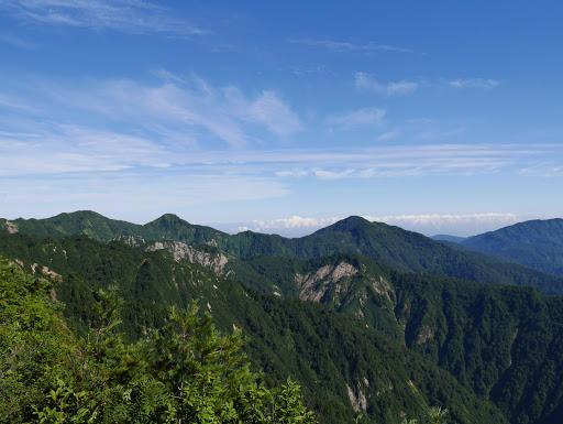 大門山(中央右)、見越山・奈良岳(左)
