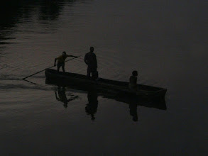 Photo: dernière traversée en pirogue.
