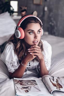 Dengar Musik Bahasa Asing dan Tulis Liriknya