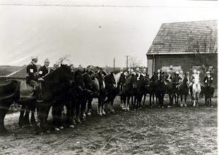 Photo: Ringridning 1932 (Skolen i baggrunden)
