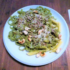 The spinage spaghetti with cashew nuts and cheese by Svetlana Saenkova - Food & Drink Plated Food ( spaghetti, green, dinner, italian food )