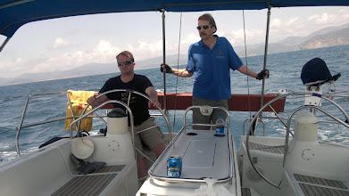 Photo: Pekka kokeilee purjeveneen ohjausta - helppoa!