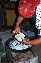 Photo: 03215 ブルド/バスハダール家/ウルム(乳製品)作り/乳に小麦粉を入れて火にかけ、杓子ですくいながら泡を立てる。火を止めて放置し、翌日にウルムができる。