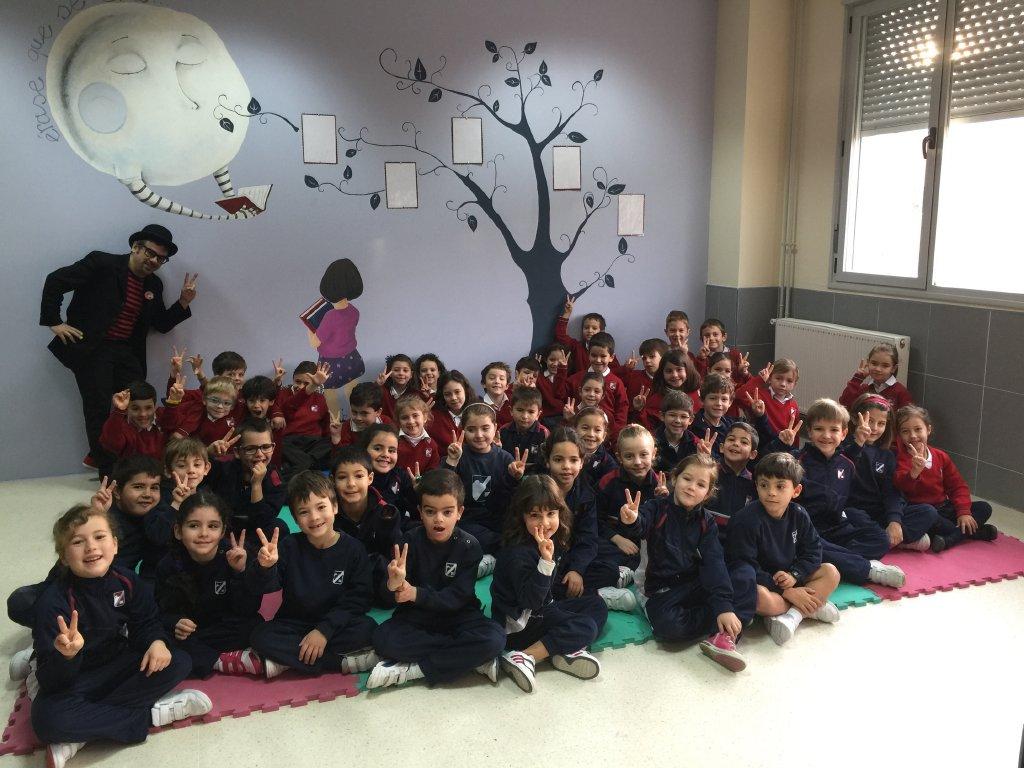 Alfonso V con niños en show escolar de magia