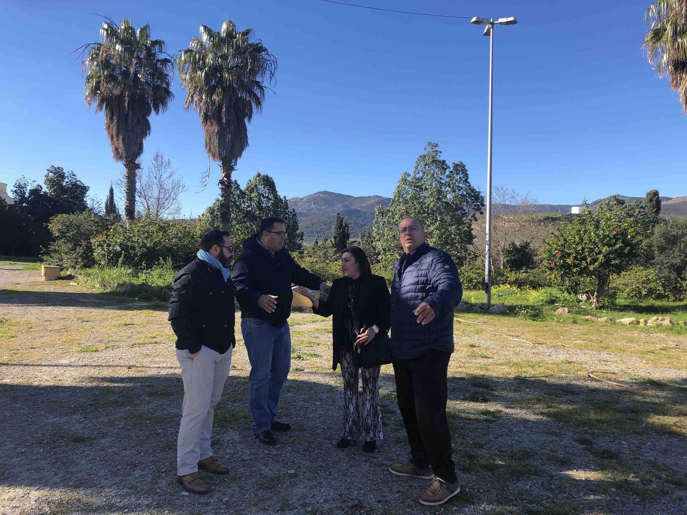 Los vecinos de Cortijo Vides visitan el inicio de las mejoras acordadas en la plaza central del barrio