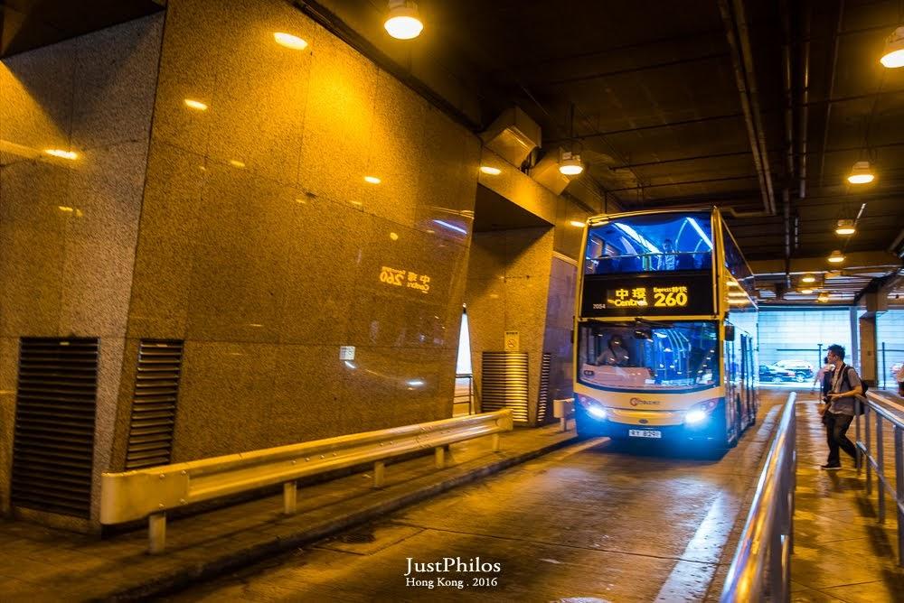 搭乘香港隨處可見的雙層巴士,是這次來香港一定要體驗的行程之一。