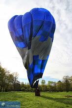 Photo: Dégonflage du ballon bleu. Photo Philippe Bertrand.