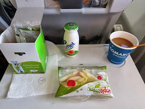 Photo: Karges Mahl - Apfelstückchen und Kaffee