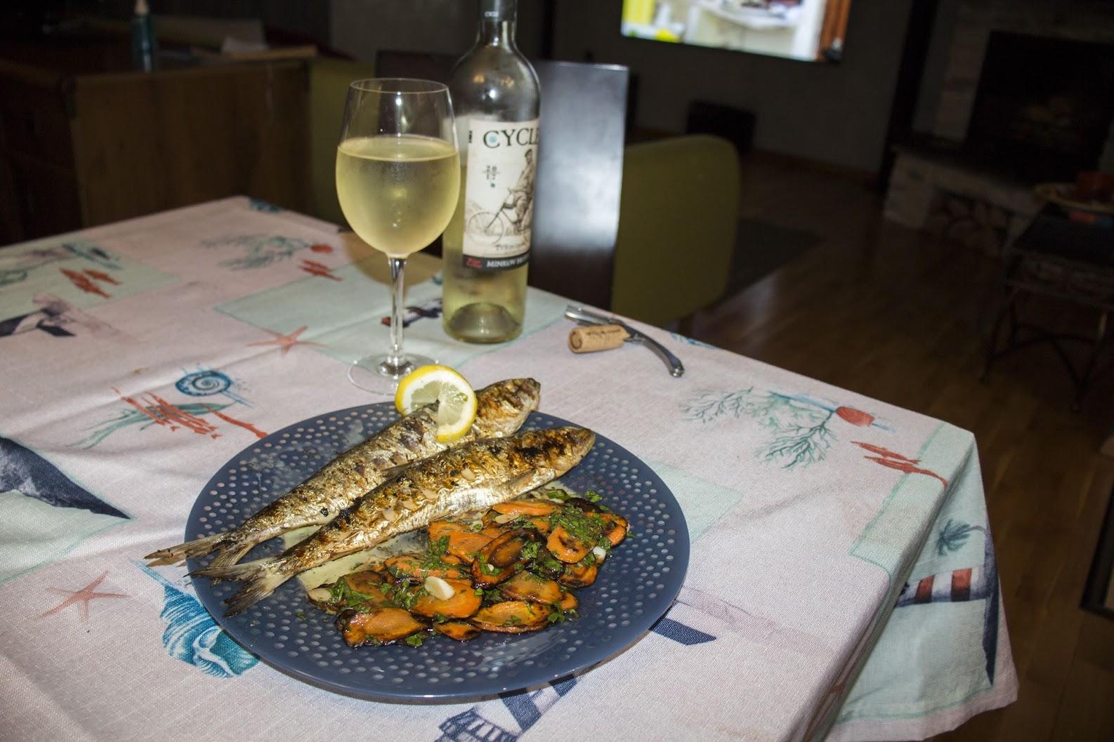 Дунавска скумрия (карагьоз) на скара с гриловани моркови и сос ладолемоно