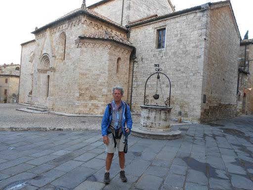 Devant église San Quirico d'Orcia -Via Francigena 2015