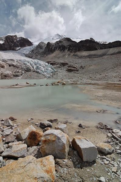 Photo: pohled pres ledovcovy jezirko na ledovec a vrchol Huayna Potosi na vrcholku skaly uprostred pod vrcholem je Camp Alto Roca