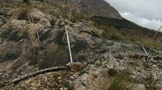 El estado en el que ha quedado la valla tras el acto vandálico.
