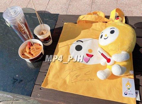 park jihoon autographed bags1