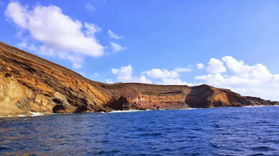 Photo: bei ruhiger See kann man mit kleinen Booten in die Cuevas = Höhlen hineinfahren