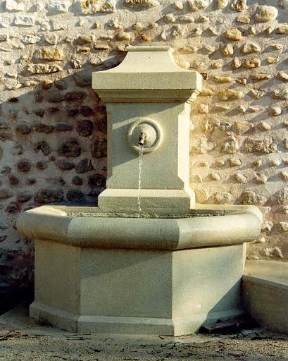 Faintaine taillée en pierre de la Roche d'Espeil au Domaine des GHrands Devers à Valréas
