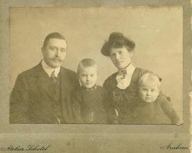 Photo: Herman Gijsbert Keppel Hesselink (1876-1943) en zijn vrouw Maria Johanna Steenhoff (1882-1972) met hun beide dochters Annie (1907-1981) en Rie (1909-).