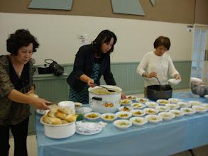Photo: Ban ẩm thực chuẩn bị cho bữa trưa nhẹ...