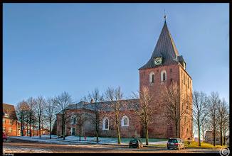 Photo: Die St. Christian, St. Bartholomäus, St. Maria-Magdalena Kirche zu Garding wurde im 12. Jhdt. auf der höchsten Erhebung der Eiderstedter Landschaft errichtet.