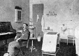 Photo: Interior de uma barbearia. Foto sem data