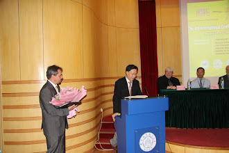 Photo: Dr. Kim is in speech at the award ceremony, ICBE 13, Nanjing, China.