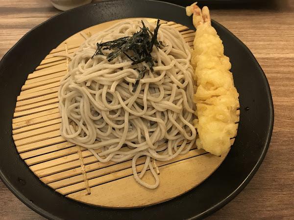 這間蕎麥麵店是一個日本人開的店,蕎麥麵Q彈有嚼勁 炸雞塊跟蔬菜天婦羅也是CP值高的~炸雞塊酥脆多汁、蔬菜天婦羅麵衣薄不油膩,老闆的介紹和服務也不錯👍