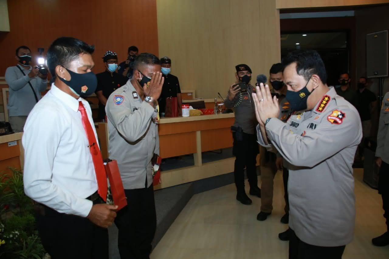 Kapolri Berikan Penghargaan 2 Personel Polda Bali yang Berprestasi
