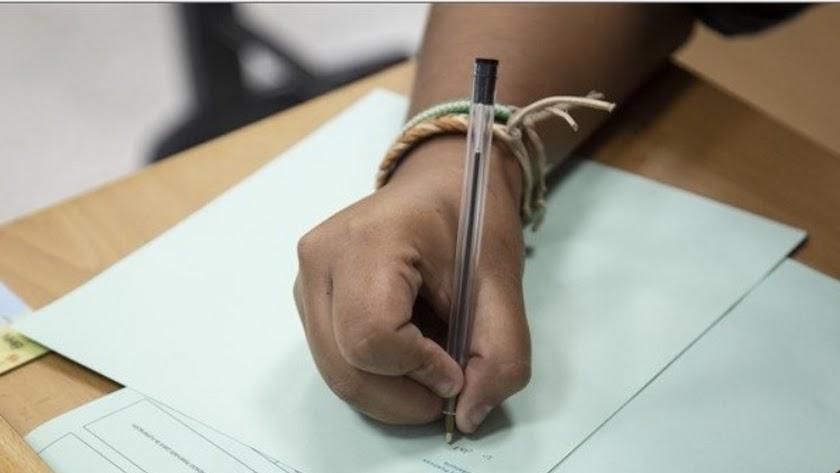 Alumna realizando un examen de Selectividad.