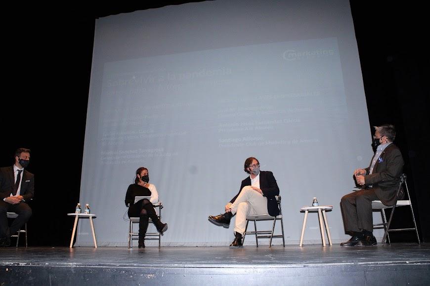 Antonio Jesús Fernández, presidente de AJE; la decana del Colegio de Economistas, Ana Mª Moreno; David Baños; y Santiago Alfonso, presidente Club de Márketing.