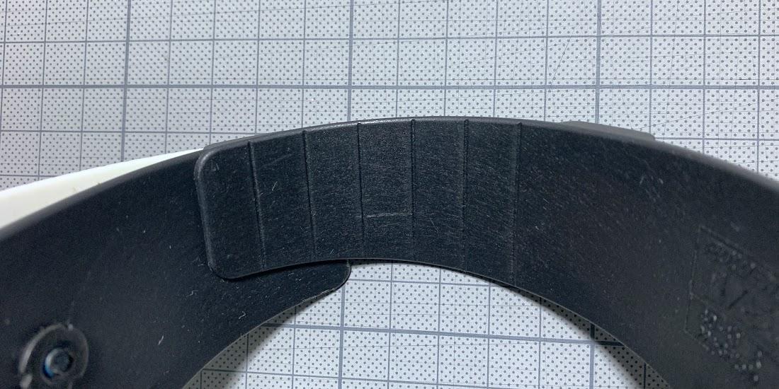 写真5 カフの前部分を切る目安の溝